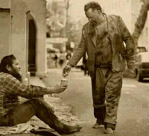 صورة رجل فقير يتصدق على رجل فقير