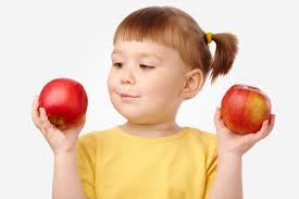 قصة الطفلة والتفاحتين