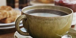 سر تقديم الماء مع الشاي والقهوة للضيف