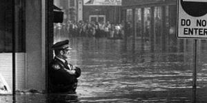 صورة ضابط شرطة في الخدمة رغم الفيضان