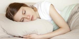 فوائد النوم لبشرتك