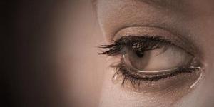 سبب دموع المراة