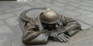 تمثال لتخليد عامل نظافة
