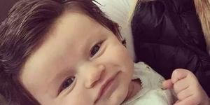 الرضيعة ذو الشعر الكثيف