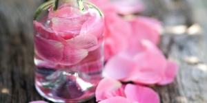فوائد ماء الورد التجميلية