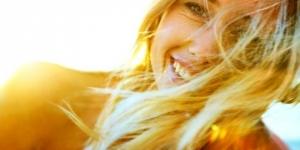 طريقة طبيعية لصبغ الشعر باللون الأشقر