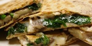 ساندوتش الموزاريلا والفلفل والسبانخ الساخن