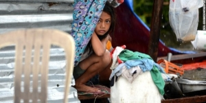 الأرملة الفقيرة مع طفلها الصغير والشعور بالرضا
