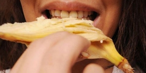 قشر الموز لبياض الاسنان