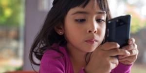 مخاطر الهاتف المحمول على الطفل